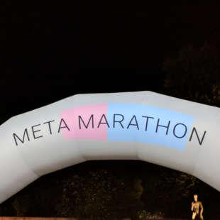 Ein aufgeblasener Rundbogen mit der Aufschrift Meta Marathon steht vor dem NRW Forum bei Nacht