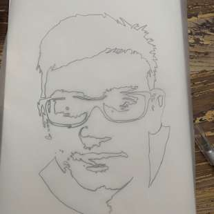 Pergamentpapier mit abgepausten Konturen eines Gesichts eines Jugendlichen