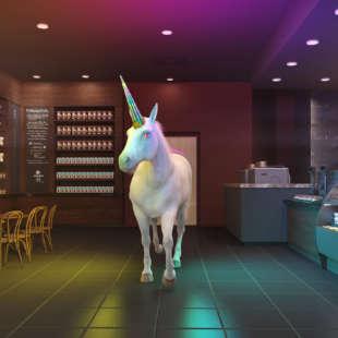 Animiertes, weiß-rosa schimmerndes Einhorn mit bunten Augen und buntglänzendem Horn steht in einer animierten Kaffeebar