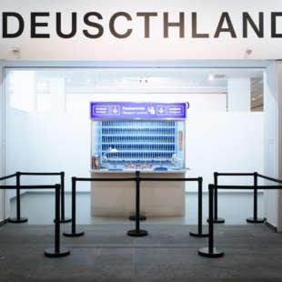 Eingangsbereich der Ausstellung Deuscthland mit Zollstation und Absperrbändern im Vordergrund