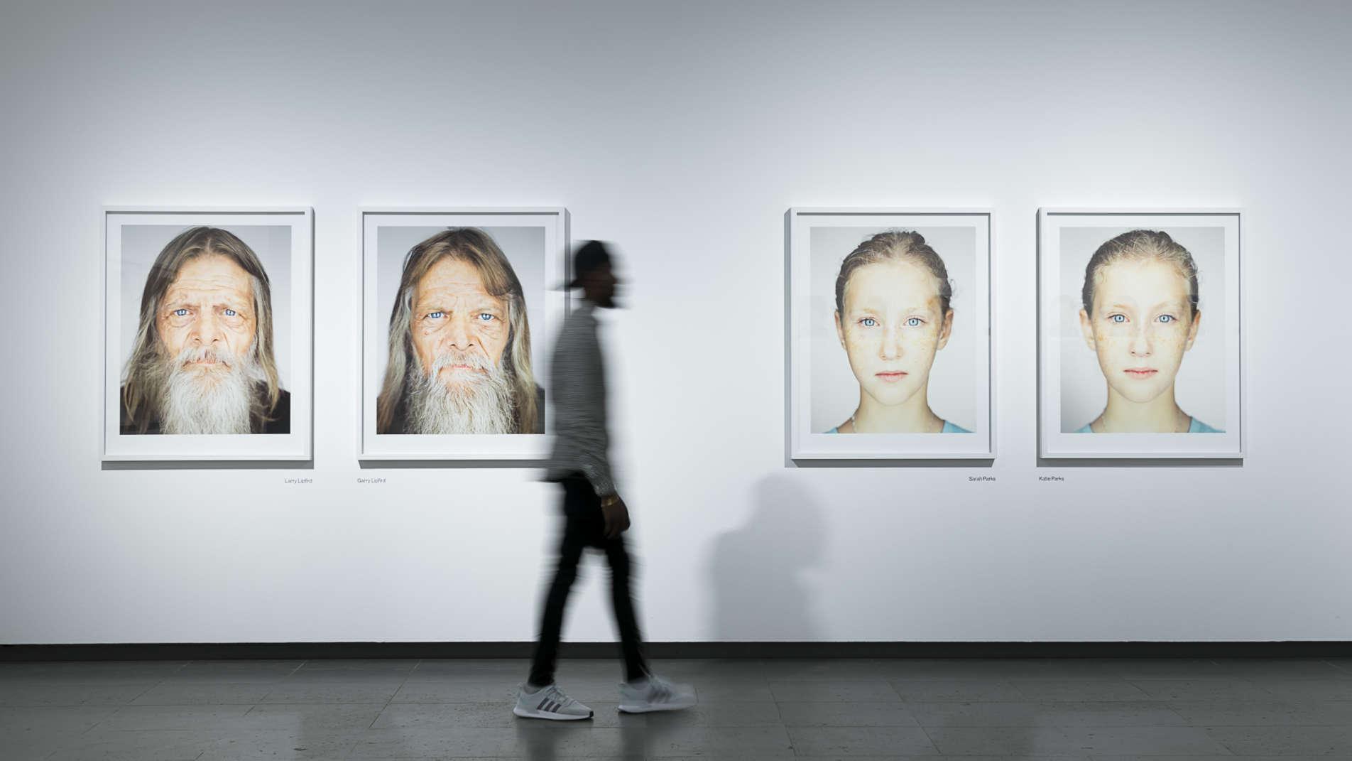 Ausstellungsansicht der Serie Identical aus der Ausstellung Martin Schoeller mit zwei gleichgestalteten Porträtpaaren mit Zwillingen