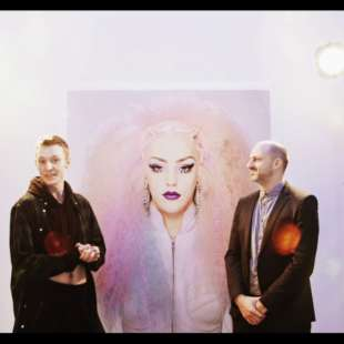 Die Drag Queen Lola Lash unterhält sich mit Alain Bieber, künstlerischer Leiter des NRW Forums, vor einem Foto einer Drag Queen von Martin Schoeller