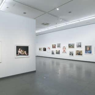 Ausstellungsansicht der Serie Portraits aus der Ausstellung Martin Schoeller mit mehreren gerahmten Fotografien prominenter Persönlichkeiten