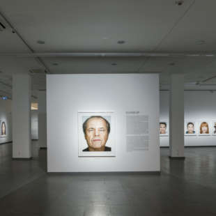 Ausstellungsansicht aus der Ausstellung Martin Schoeller bei der die Serie Close Up mit immer gleichgestalteten Porträts von Prominenten