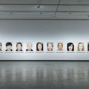 Ausstellungsansicht der Serie Close Up in der Ausstellung Martin Schoeller mit mehreren immer gleichgestalteten Porträts von Prominenten