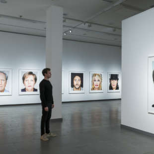 Ein mann betrachtet ein Porträt von Jack Nicholson aus der Serie Close Up in der Ausstellung Martin Schoeller