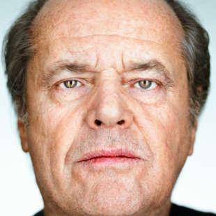 Kopfporträt von Jack Nicholson in Frontalansicht vor weißem Hintergrund