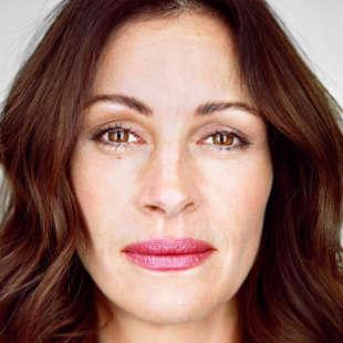 Kopfporträt von Julia Roberts in Frontalansicht vor weißem Hintergrund