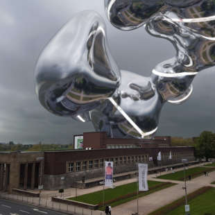Virtual extension of the NRW Forum hovering above the museum with reflections of the Ehrenhof on the reflecting surface