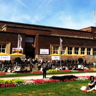 Das Gebäude des NRW Forums von außen betrachtet an einem sommerlichen Tag