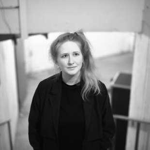 Porträt von Elisa Metz auf einer Treppe stehend