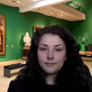 Frau bei einer Videokonferenz mit virtuellem Hintergrund von einem Ausstellungsraum im Kunstpalast