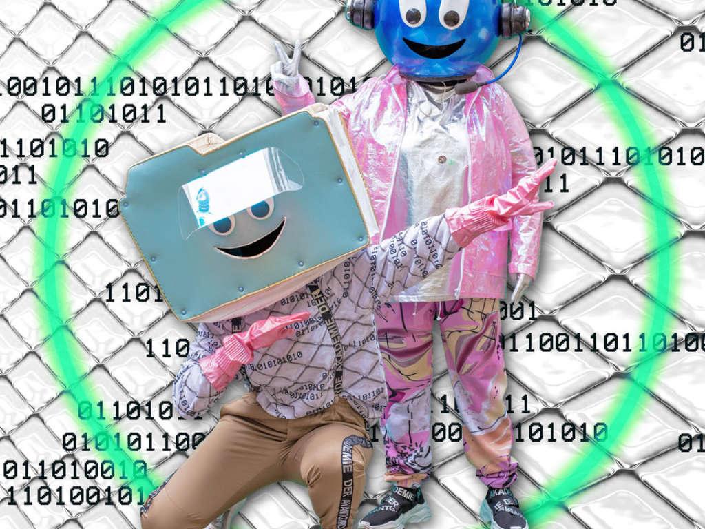 Die Maskottchen des NRW Forums Data und Zip posieren vor einem animierten Hintergrund
