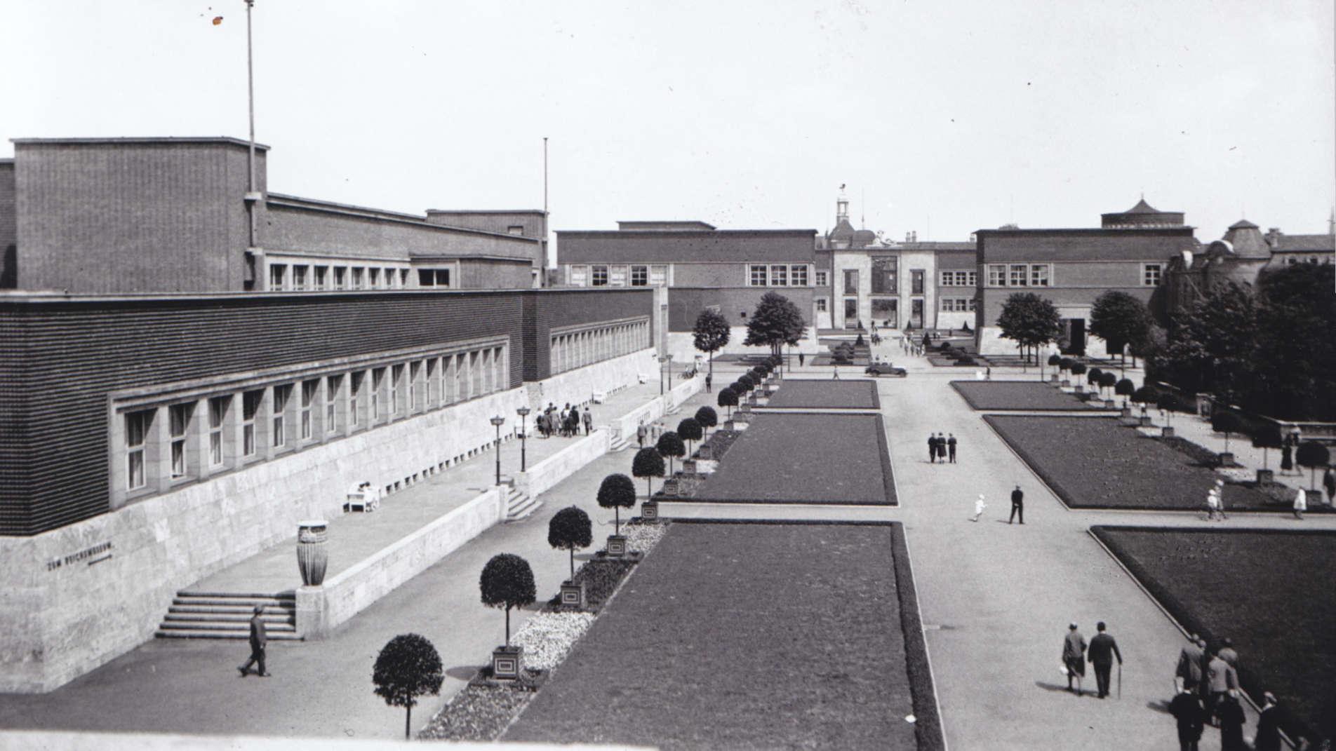 Ehrenhofensemble mit dem heutigen NRW Forum auf der linken Seite und dem Kunstpalast im Hintergrund im Jahr 1926