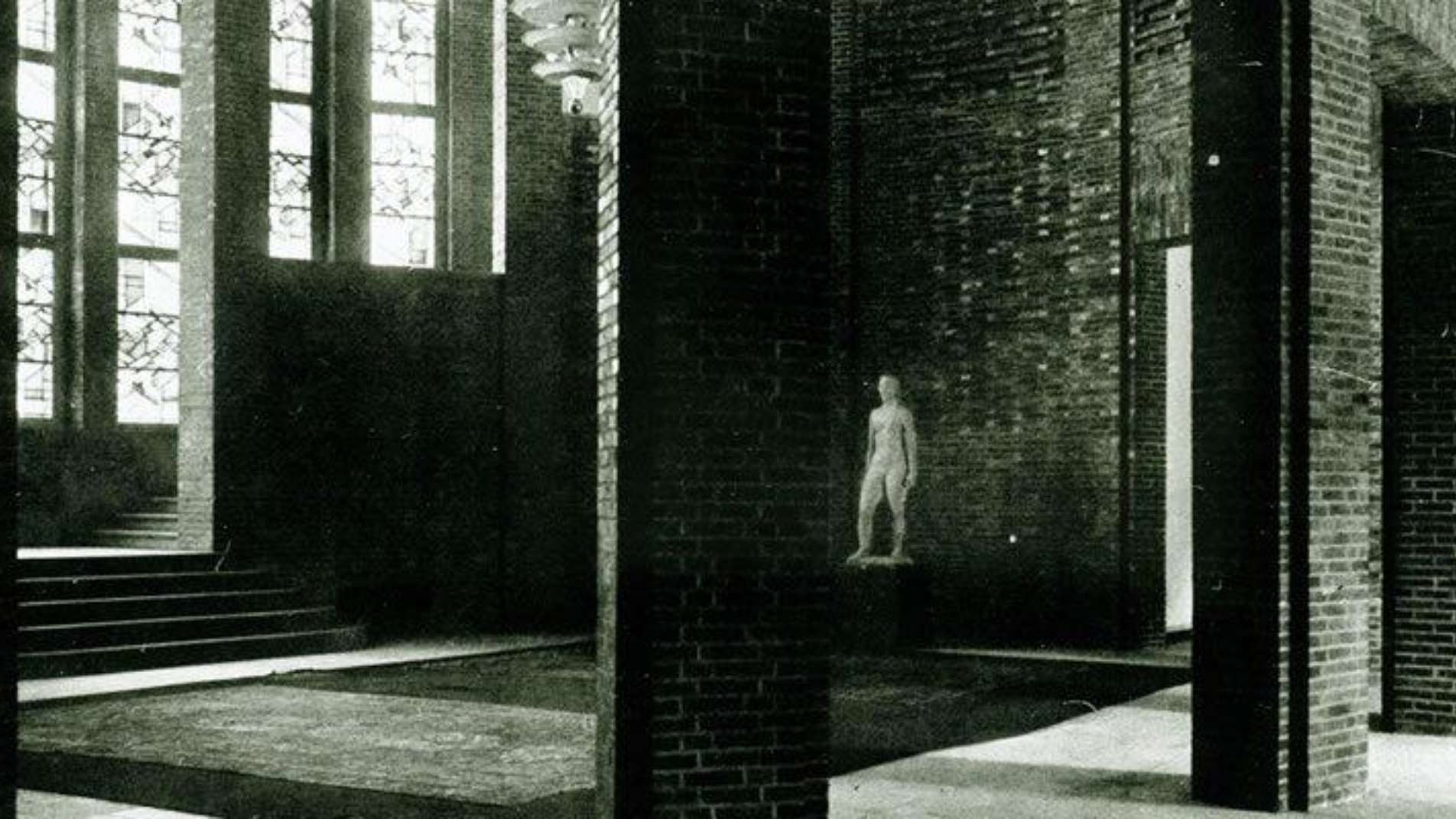 Rotunde im Erdgeschoss des NRW Forums mit einer weißen Statue im Jahr 1926
