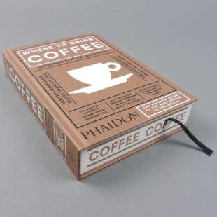 Buch Where to drink coffee mit braunem Umschlag mit verschiedenen Texten darauf